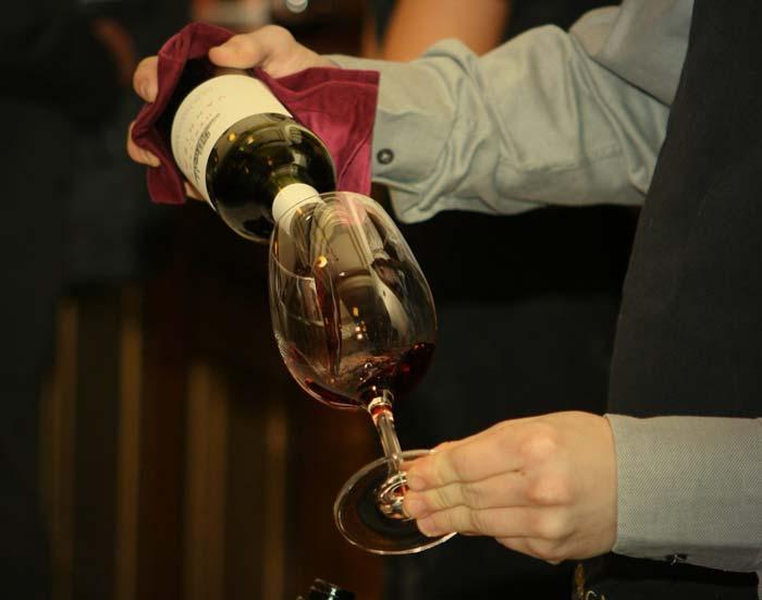 Un sommelier servant le vin