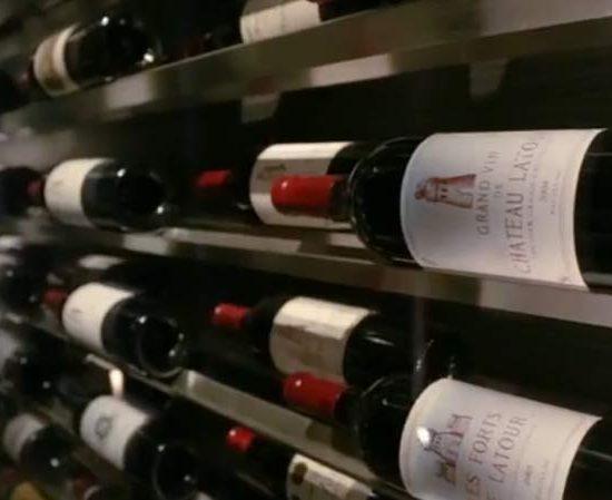 Bouteilles de vins rouge en cave
