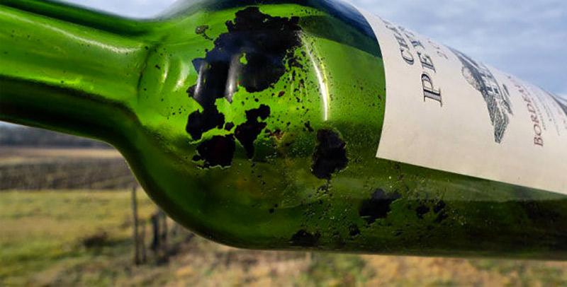 Dépôt dans une bouteille de vin rouge