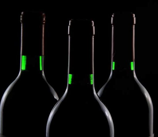 Bouteilles de vin rouge sur fond noir