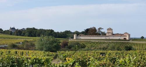 Les châteaux Rayne-Vigneau et Lafaurie-Peyraguey se font face à Bommes © JPS